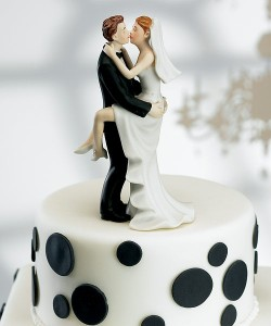 kissing-couple-wedding-cake-topper